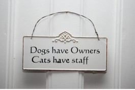 Plåtskylt Dogs have owners cats have staff